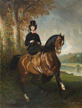 Baronne X. Amazone en chapeau haut-de-forme devant un étang