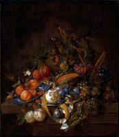 Raisins, prunes, melon, abricots, citron pelé, noisette sur un entablement de pierre