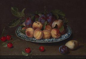 Plat de prunes, pêches et poires, avec des cerises sur une table